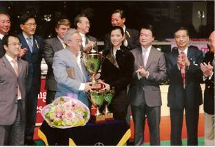 羅傑承伉儷頒贈金盃給勝出馬主 旁為黃錫林主席