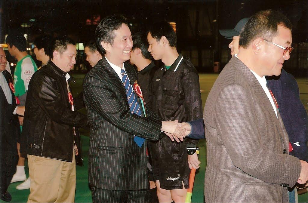 華協九十週年金盃主禮嘉賓,梁孔德會長、主席黃錫林,副會長李圖明等行握手禮