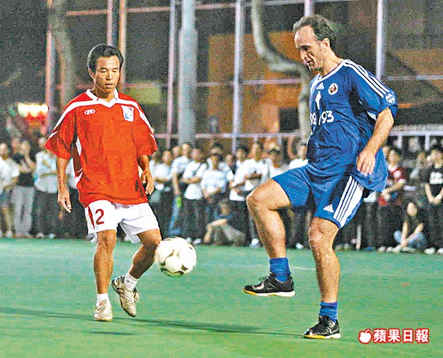 南華主力基保(右)與華協的黎新祥鬥球技