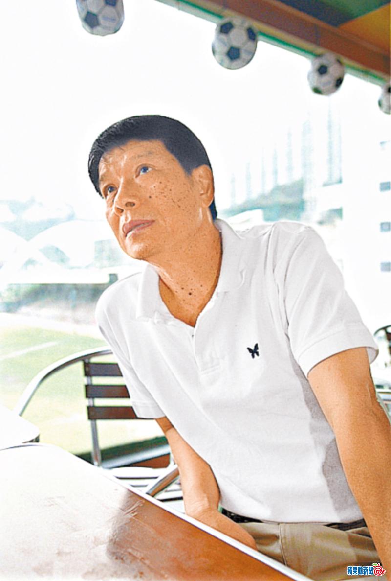 姚前隊友、現南華青訓教練黃文偉:「雖然師傅(姚卓然)係足球界傳奇人物,但佢對後輩冇乜架子,好提攜後輩,就算佢鬧你,都係出於好意。」