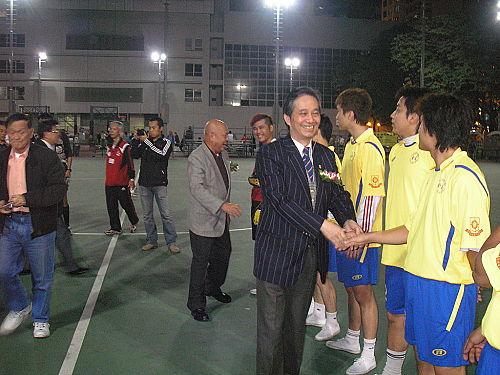 本會黃錫林主席及梁樹琦副主席與球員行握手禮