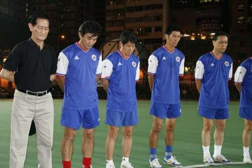 表演賽成員在球賽前進行默哀儀式,左三為黃文偉(大公報攝)