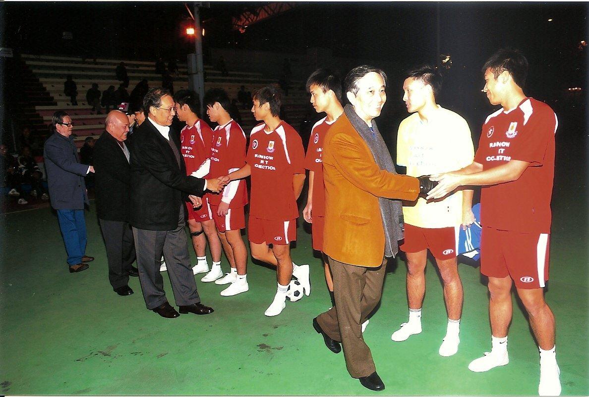 握手禮嘉賓 前起 主席黃錫林 副主席陳孟東 副主席梁樹琦 港小總主席郭明義
