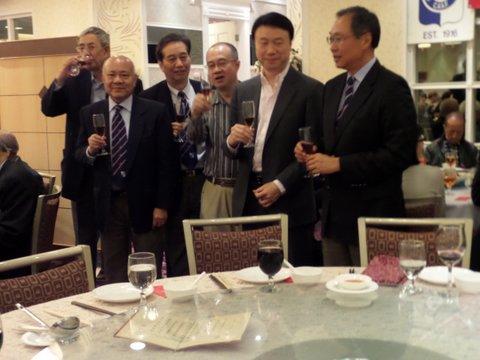 圖為華協會長羅傑承副會長李茂銘、主席黃錫林、副主席梁樹琦、陳孟東、總幹事李伯勇等敬酒