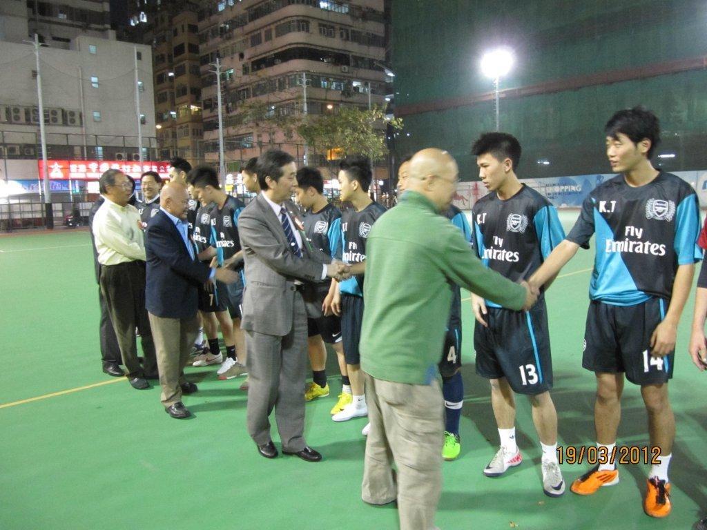 握手儀式:本會主席黃錫林。副梁樹琦。陳孟柬。馬天超等與雙方球員行握手禮。
