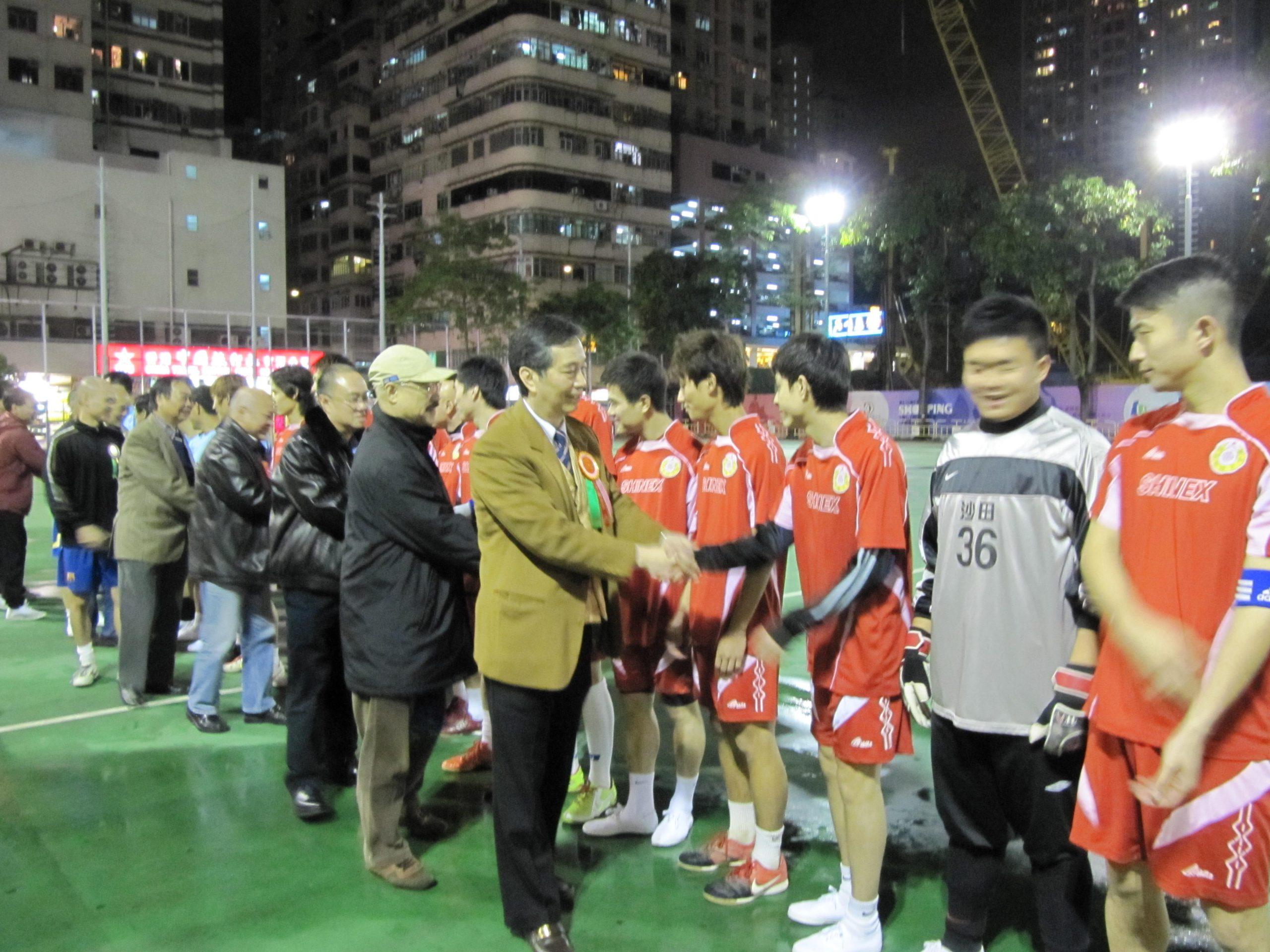 (右起)主席黄錫林、九小總主席馬天超、足總司庫李茂銘、副主席梁樹琦、本會司庫鄧渭文等行握手禮